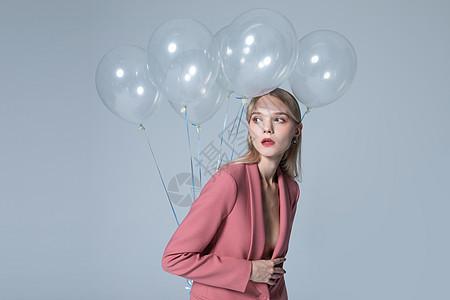 时尚西装外模拿气球图片