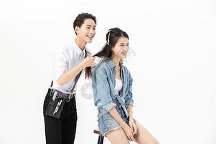 帅气理发师给顾客理发图片