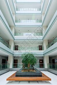 明亮整洁的湖北经济学院大学校园教学楼内景图片