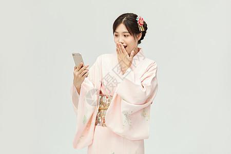 和服美女拿着手机图片