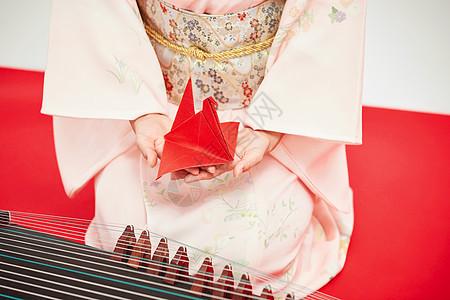 和服美女弹古筝手捧千纸鹤图片
