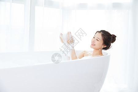 美女躺在浴缸洗泡泡浴图片
