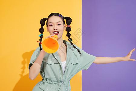时尚潮流女性拿着彩色喇叭图片