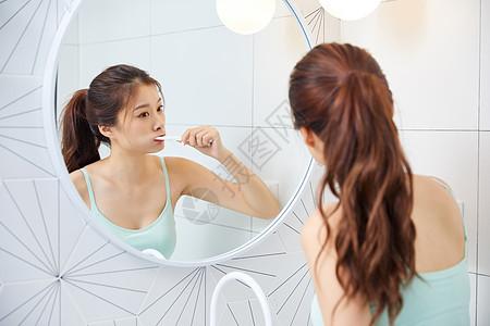 美女居家洗漱刷牙图片