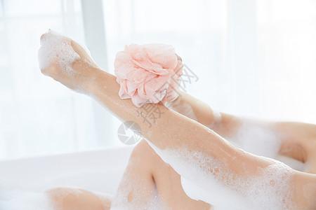 年轻女性使用洗浴球洗澡特写图片