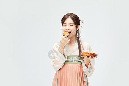 汉服美女吃月饼图片