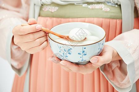 汉服美女手端着一碗汤圆图片