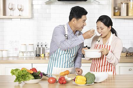 中年夫妻厨房煲汤品尝图片