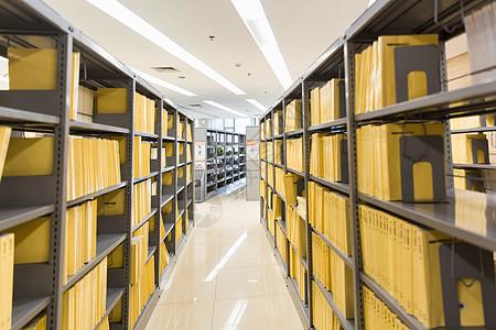 校园生活图书馆档案室中的文件图片