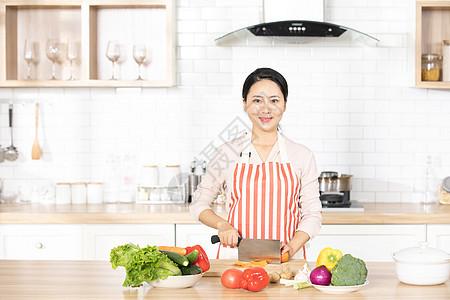 女性厨房切菜图片