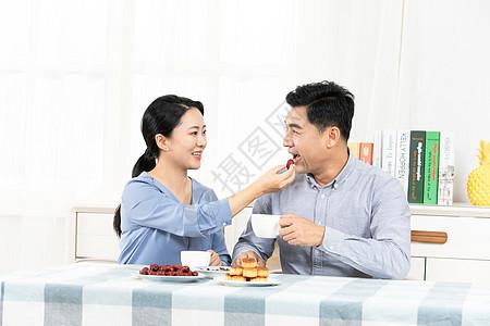 夫妻喂饭图片