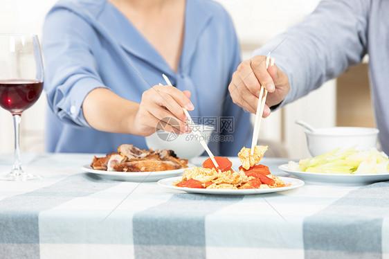 夫妻吃饭特写图片