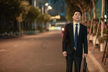 商务男性下班等车图片