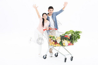 年轻夫妻超市购物图片