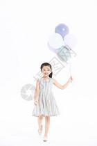 小女孩拿着气球奔跑图片