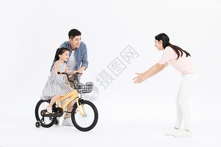 爸爸妈妈教女儿骑自行车图片