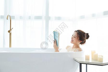 美女洗泡泡浴看书图片