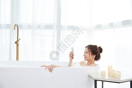 美女洗泡泡浴玩手机图片