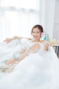 美女洗泡泡浴听音乐图片
