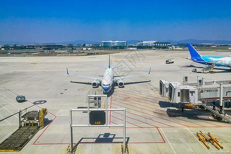 繁忙的广州白云机场停机坪图片