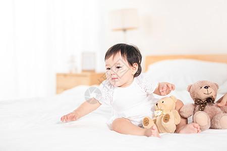 婴儿和玩具熊图片