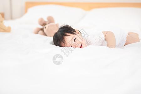 婴儿爬在床上图片