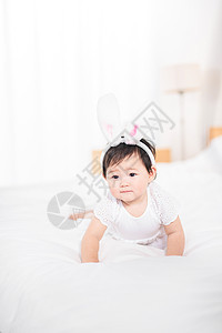 婴儿在床上爬图片