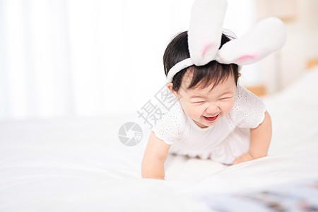 婴儿在床上玩耍图片