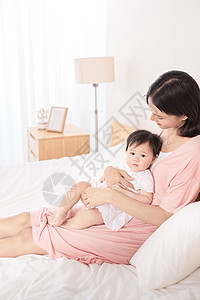 妈妈在床上逗宝宝玩图片
