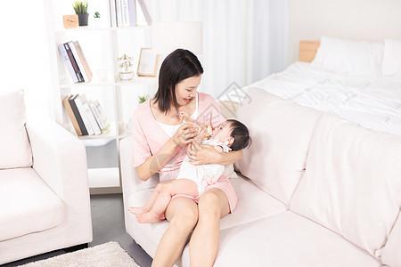 妈妈给宝宝喂奶图片
