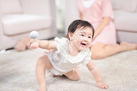 女婴在地毯上爬图片