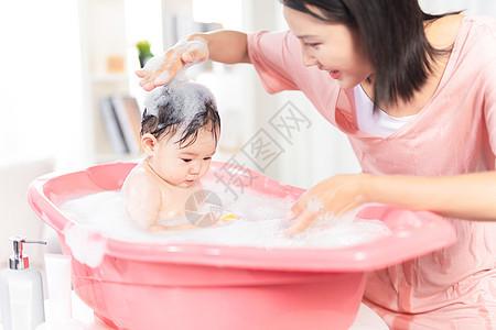 妈妈给宝宝洗泡泡浴图片