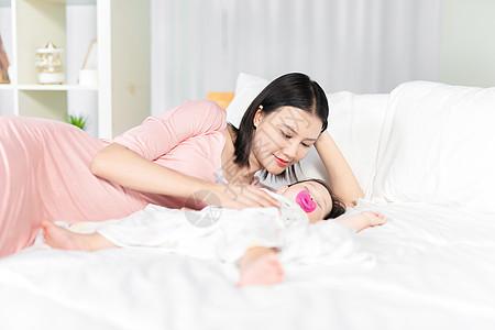妈妈哄宝宝入睡图片