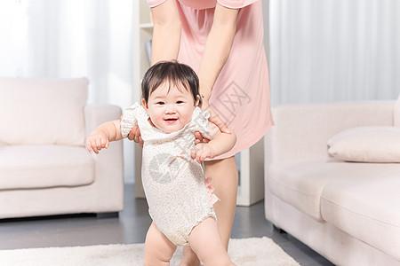 妈妈扶着女婴学走路图片