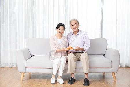 爷爷奶奶中秋节吃月饼图片
