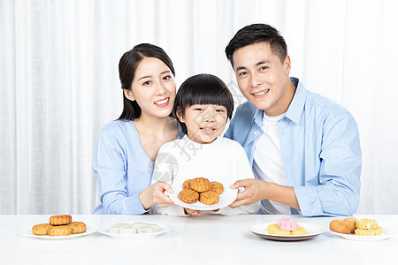 一家人中秋节吃月饼图片