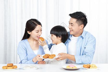 孩子喂妈妈吃月饼图片