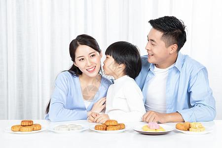 一家三口中秋节吃月饼图片
