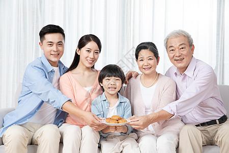 全家人一起吃月饼图片
