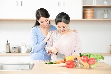 女儿和妈妈一起做饭图片