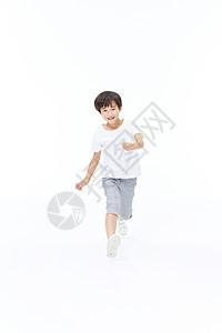 男孩奔跑形象图片