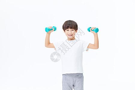 小男孩使用哑铃锻炼图片