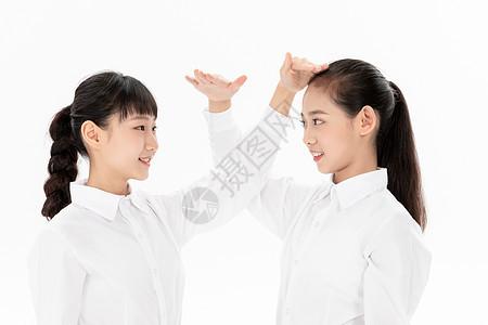 初中生同学比身高图片