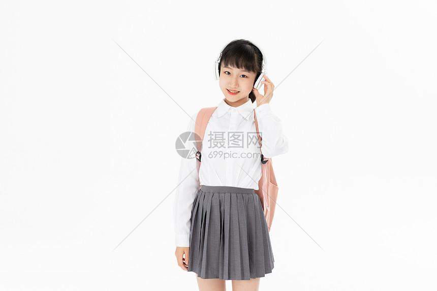 中学生女孩戴耳机听音乐图片