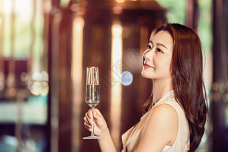 气质美女举杯喝香槟图片