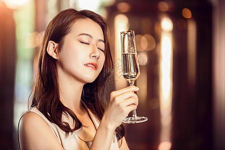 气质美女举杯喝香槟陶醉状图片