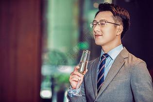 商务男性举杯喝香槟图片