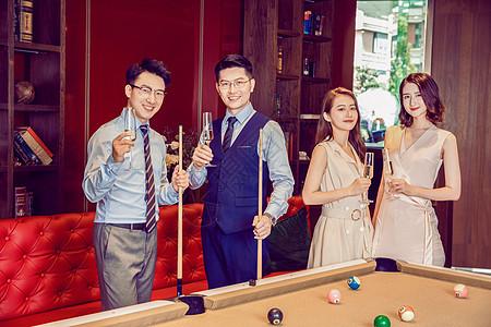 年会同事聚会喝香槟图片