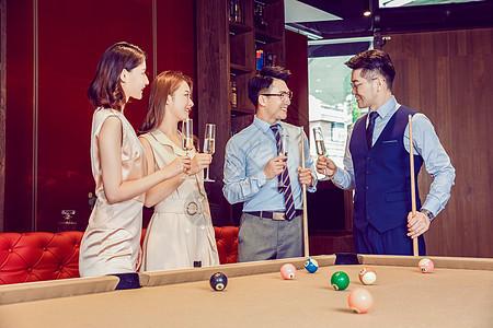 同事聚会庆祝喝香槟图片