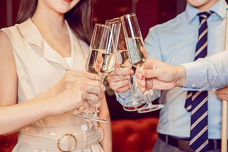 酒会同事举杯庆祝图片